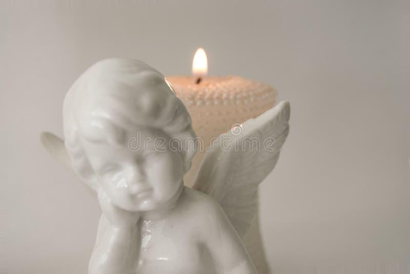 Engelencijfer met het branden van kaarsen stock foto's