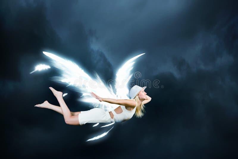 Engelenmeisje die hoog vliegen stock foto's