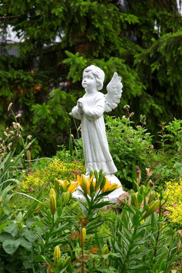 Engelenstandbeeld in de tuin royalty-vrije stock afbeelding