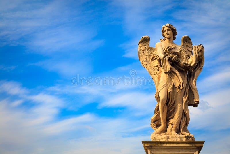 Engelenstandbeeld door Bernini langs de brug van Sant 'Angelo in Rome stock foto's
