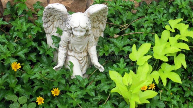 Engelenstandbeeld in een tuin stock afbeelding