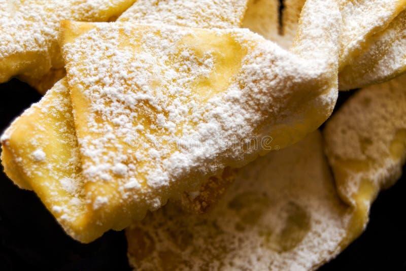 Engelenvleugels: traditioneel zoet kernachtig gebakje voor Carnaval-tijd Italiaanse cenci, frappe, bugie of chiacchiere royalty-vrije stock foto