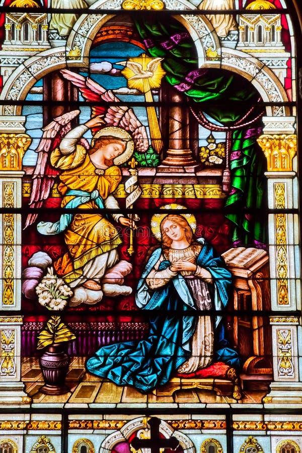 Engelerscheinende Mary-Buntglas-Kirche stockbilder