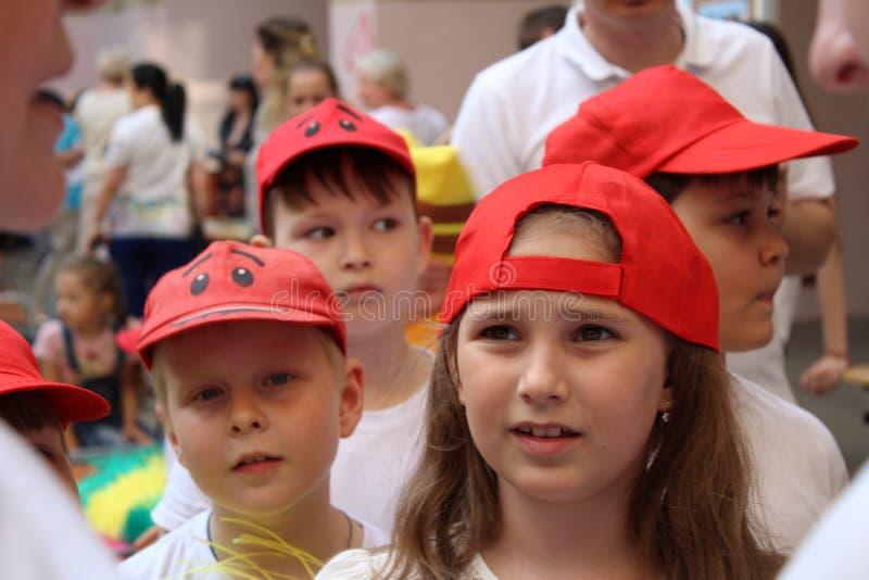 Engels, Federación Rusa, puede equipo de 15 2018 deportes de niños en gorras de béisbol rojas fotos de archivo libres de regalías