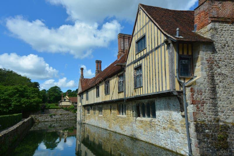 Engels klassiek Buitenhuis met een gracht stock fotografie