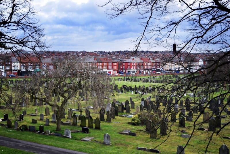 Engels oud kerkhoflandschap in zonnige dag, groen gras stock afbeelding