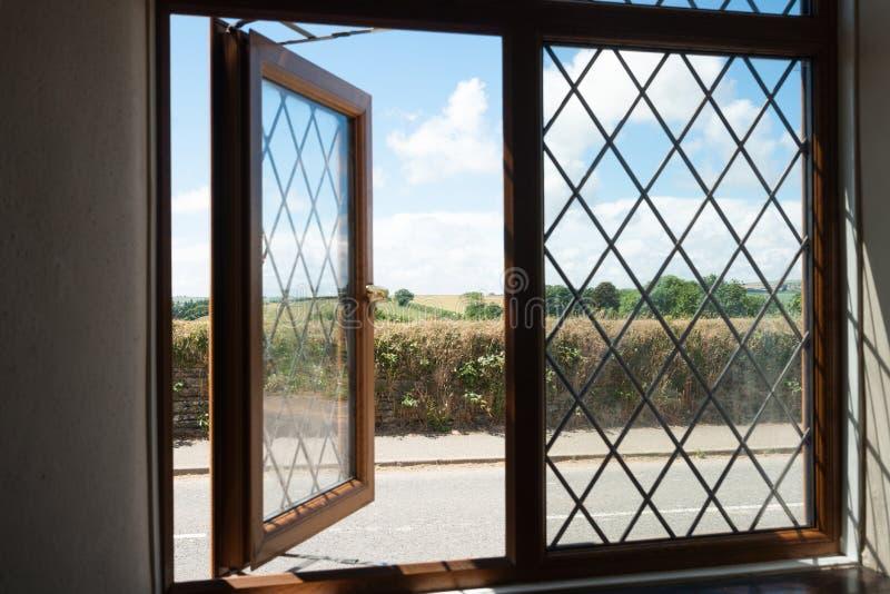 Engels platteland door een venster. stock foto