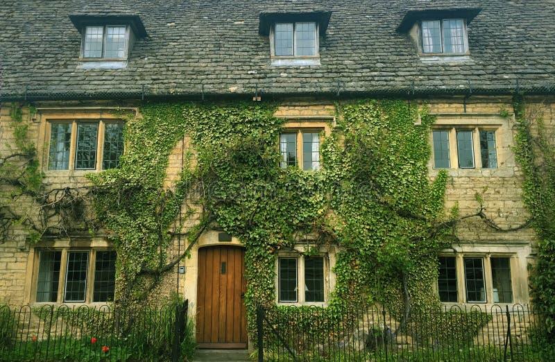 Engels Plattelandshuisje dat in Wijnstokken wordt behandeld stock afbeelding