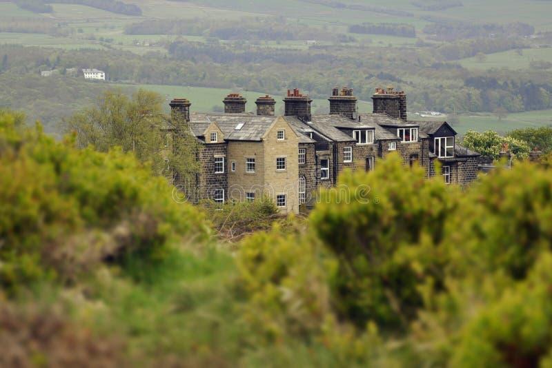 Engels plattelandslandschap: huis, sleep, struik