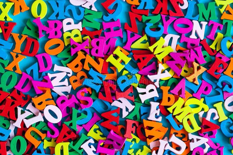 Engelse brieven op blauwe die achtergrond van kleurrijk abcalfabet leter wordt samengesteld Het lerende Engels of ander taalconce stock afbeelding