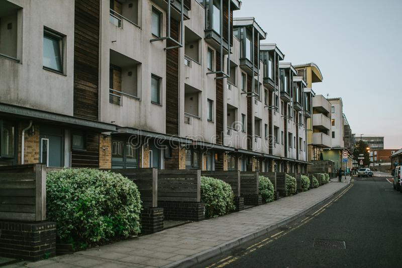 Engelse de bouwvoorgevel met flats royalty-vrije stock foto