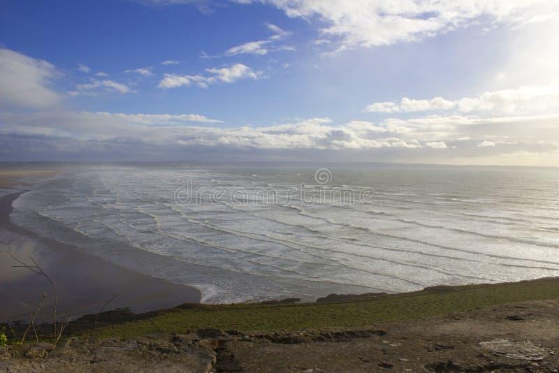 Engelse kust oceaangolven stock foto's