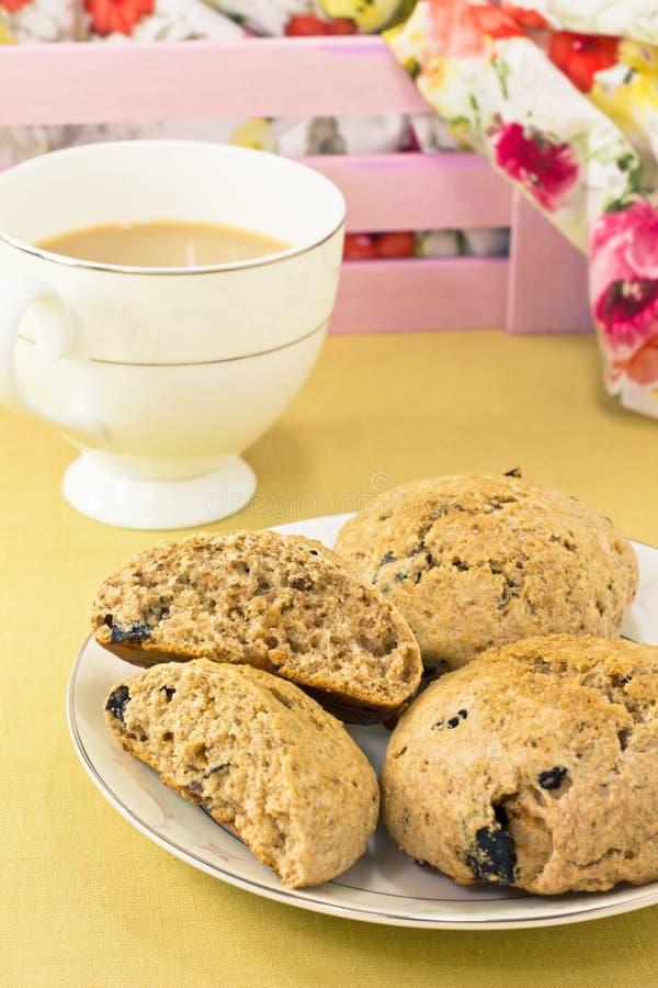 Engelse sconen van gehele tarwe met thee royalty-vrije stock afbeelding