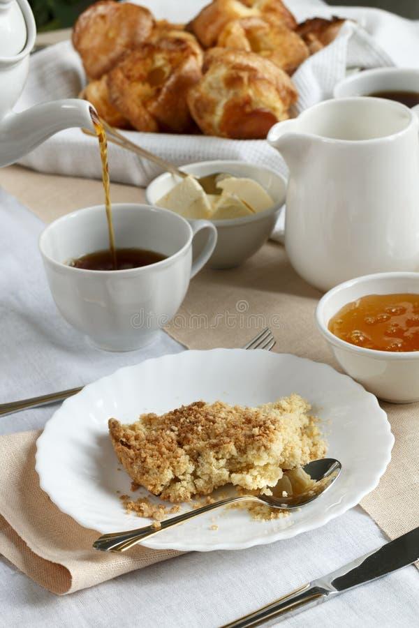 Engelse thee bij de klok van vijf o ` royalty-vrije stock afbeelding