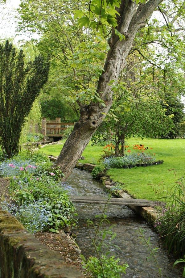 Engelse tuin binnen de stad stock foto's
