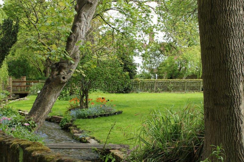 Engelse tuin binnen de stad stock afbeeldingen