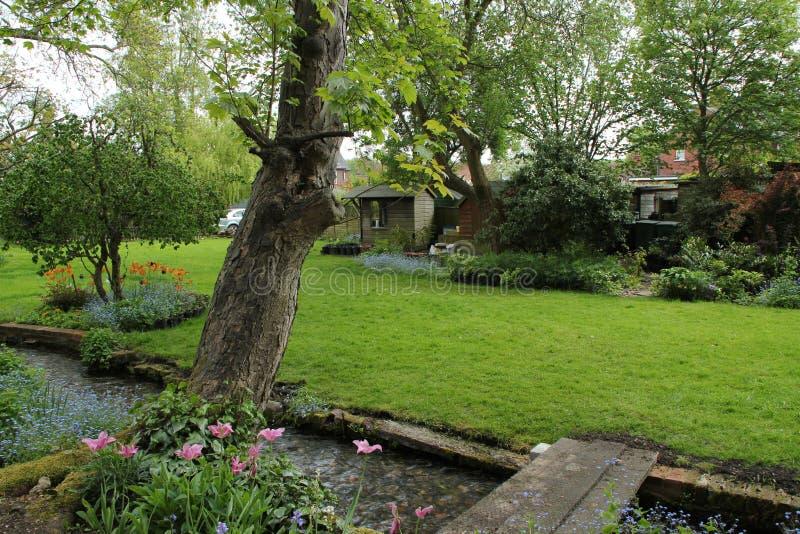Engelse tuin binnen de stad stock foto