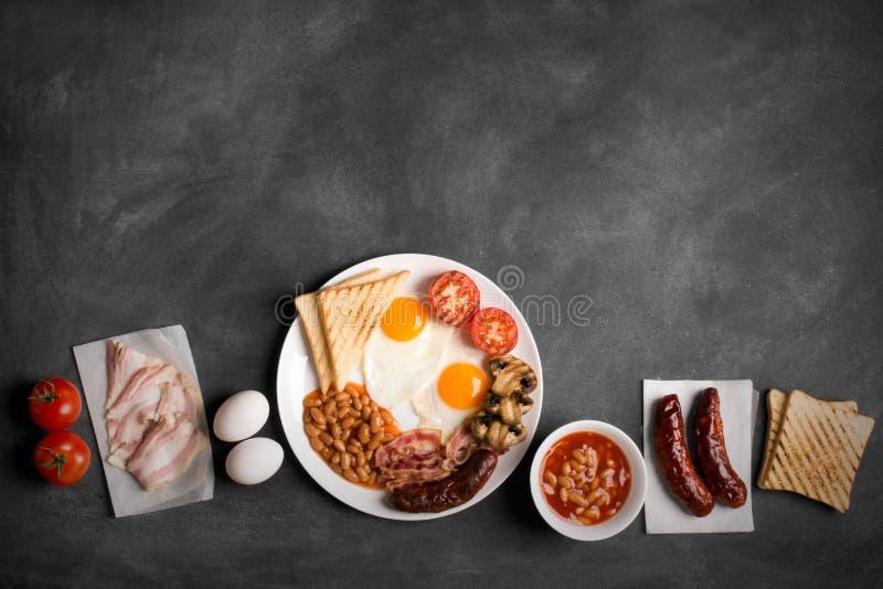 Engelsk frukost på en svart svart tavla arkivfoton