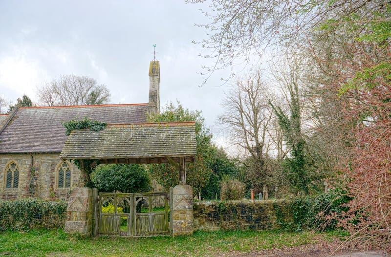 Engelsk lychgate & kyrka av St Peter, Holtye, Sussex fotografering för bildbyråer