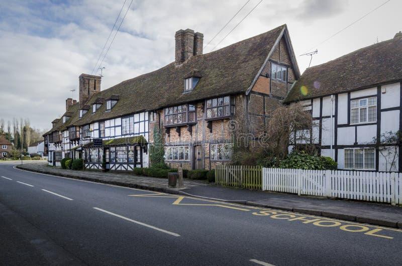 Engelsk by med timmer inramade hus, Biddenden, Kent UK arkivfoto