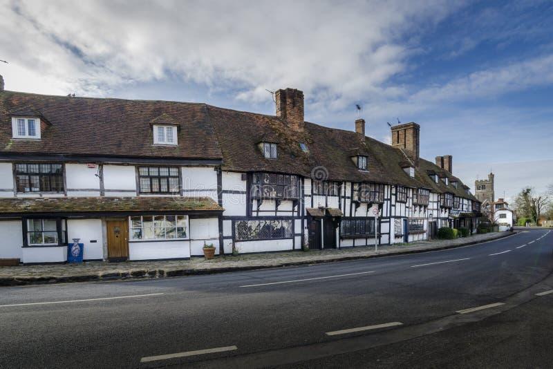 Engelsk by med timmer inramade hus, Biddenden, Kent UK royaltyfria bilder