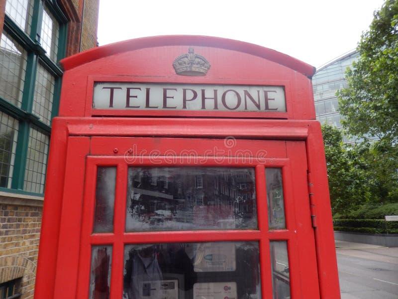 Engelsk phonebooth i London - UK arkivbild