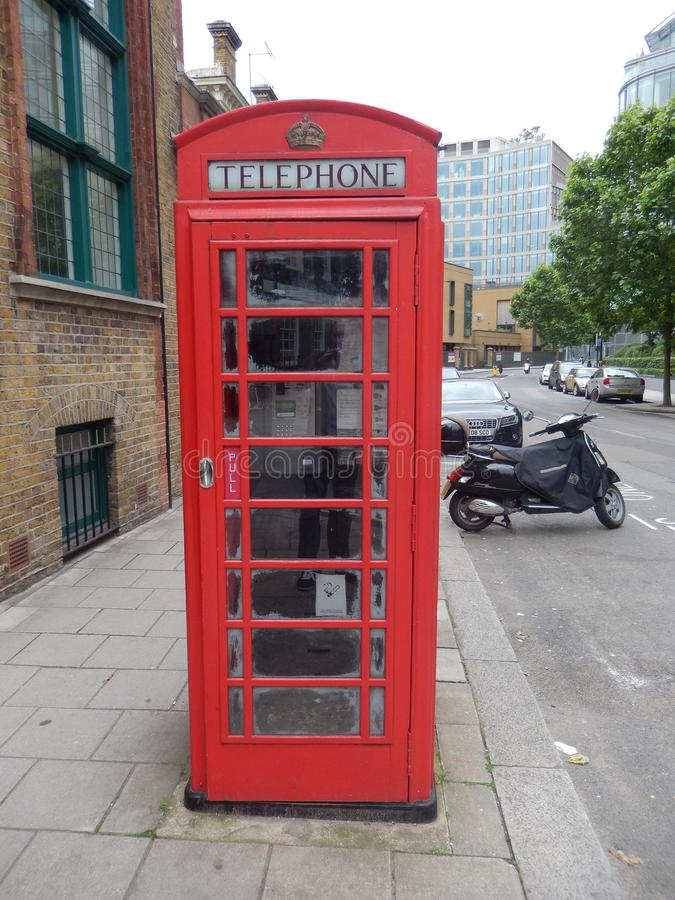 Engelsk phonebooth i staden av London - UK arkivfoto