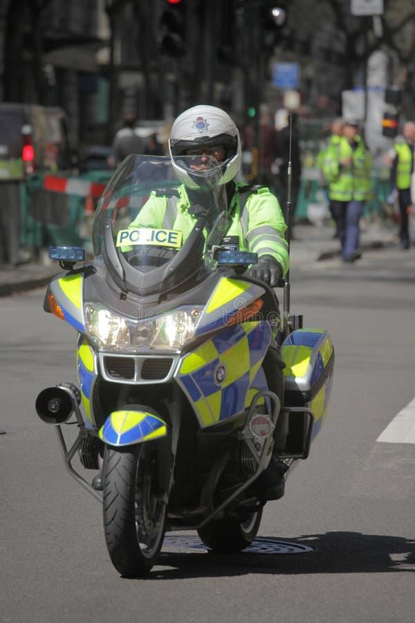 Engelsk polis på mopeden arkivbilder