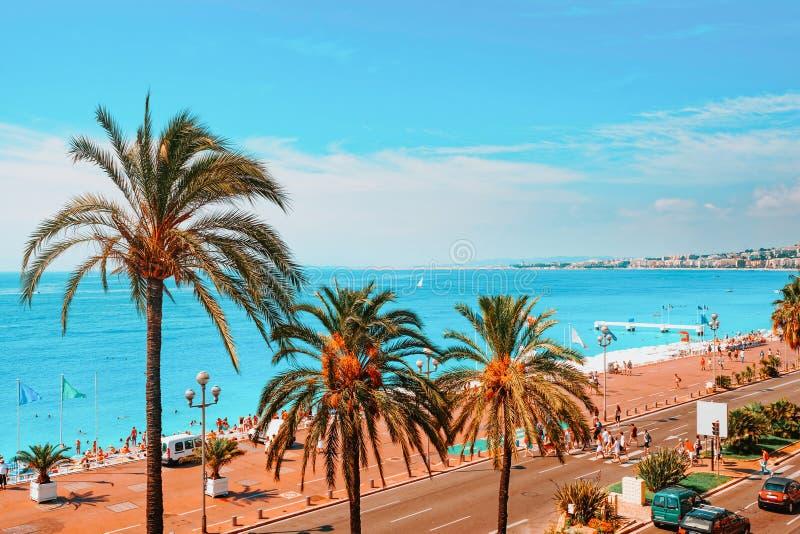 Engelsk promenad Nice, Frankrike, sommar Fjärd- och strandsikt arkivfoto