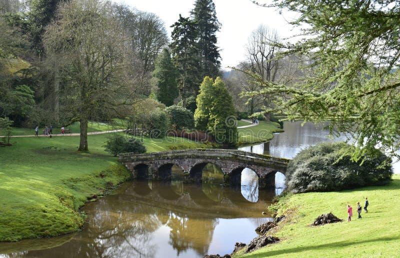Engelsk trädgård för landshus på Stourhead royaltyfria foton