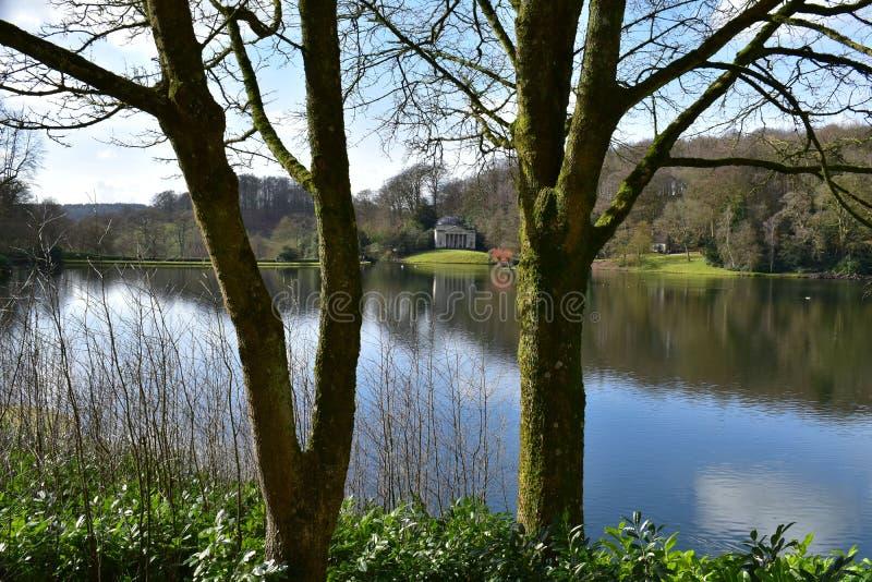 Engelsk trädgård för landshus på Stourhead arkivbild