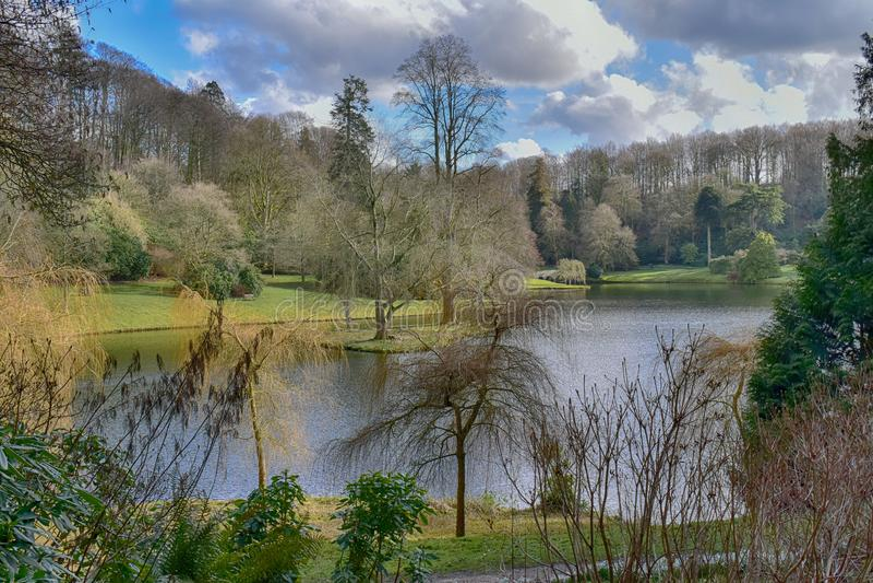 Engelsk trädgård för landshus på Stourhead royaltyfri fotografi