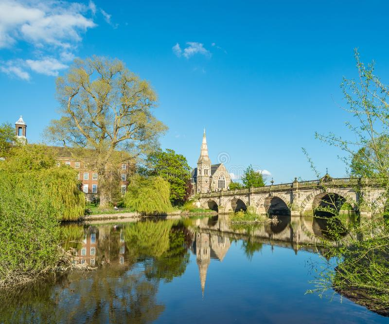 Engelska överbryggar och floden Severn Shrewsbury royaltyfri foto