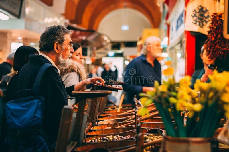 Engelska marknadsför, en kommunal matmarknad i mitten av kork, den berömda turist- dragningen av staden: lantlig olivställning royaltyfria foton
