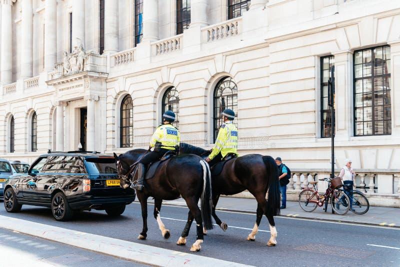 Engelska poliser monterade på hästrygg i London arkivfoto