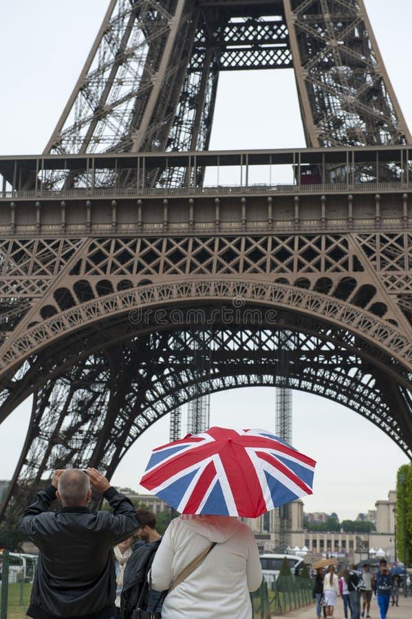 Engelska turister i paris som fotograferar Eiffeltorn royaltyfria bilder