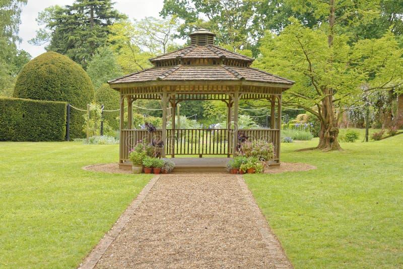 Engelskaträdgård och gazebo arkivbilder