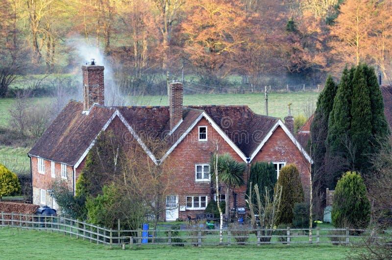 engelskt hus för landsskymning snug royaltyfri fotografi