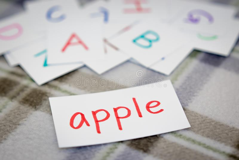 Engelskt; Lära det nya ordet med alfabetkorten royaltyfri bild