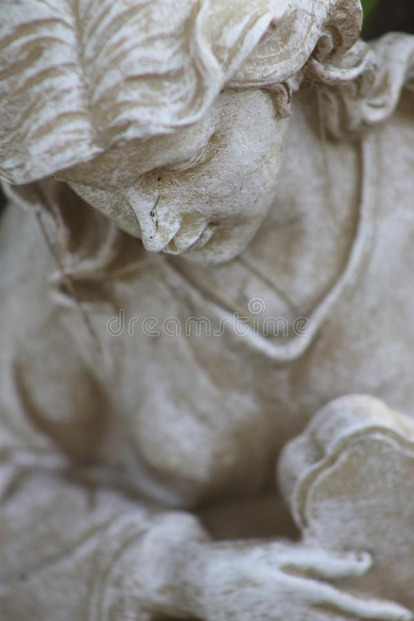 Engelsstatue, die mit Gesicht unten aufwirft lizenzfreies stockbild