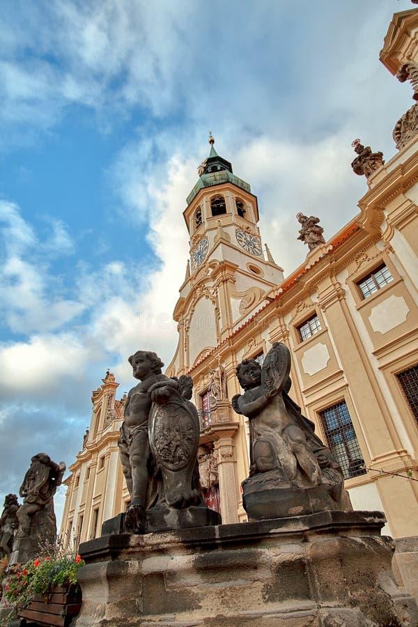 Engelsstatuen an der Loreto Prague Loreta Praha-Kirchenklosterpilgerfahrt in Prag, Tschechische Republik stockfotografie