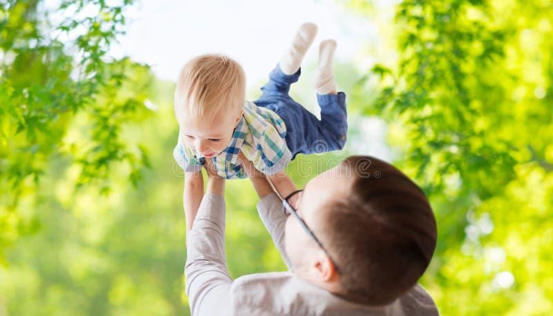 Engendre con el hijo que juega y que se divierte en verano fotografía de archivo
