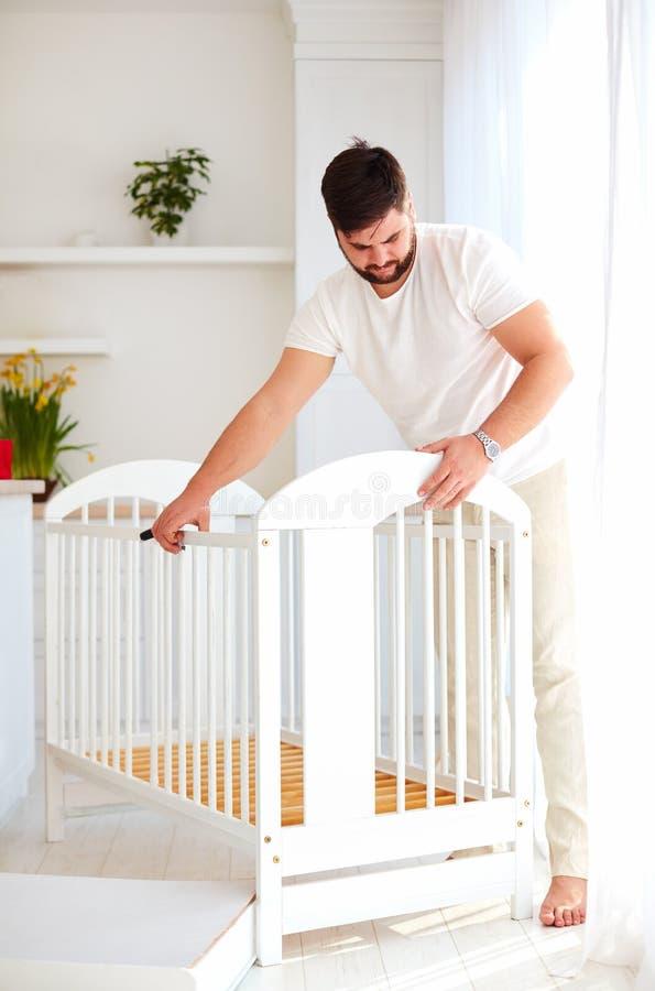 Engendre la instalación del pesebre, preparándose para un nuevo bebé en la familia imágenes de archivo libres de regalías