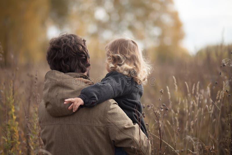 Engendre y su pequeña hija junto en el campo fotografía de archivo