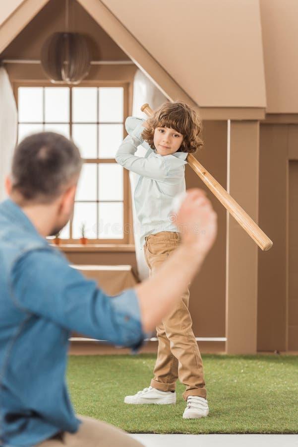 engendrez en enseignant à son petit fils comment jouer au base-ball devant images libres de droits