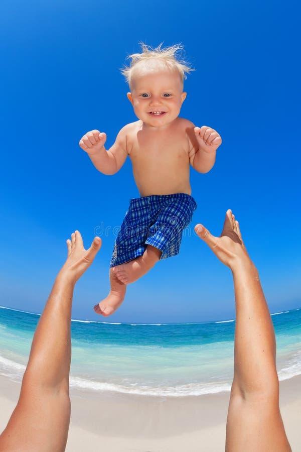Engendrez jeter dans le ciel un enfant heureux photographie stock