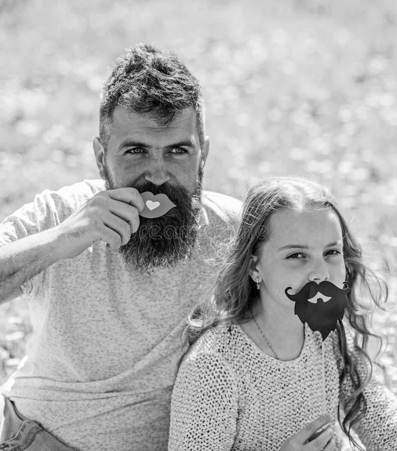 Engendrez la pose avec les l?vres et l'enfant posant avec l'attribut de cabine de photo de barbe Concept de r?les de genre La fam photographie stock libre de droits