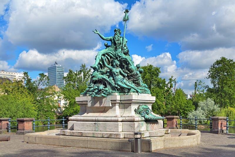 Engendrez Rhine et ses filles - une sculpture en fontaine à Dusseldorf photo libre de droits