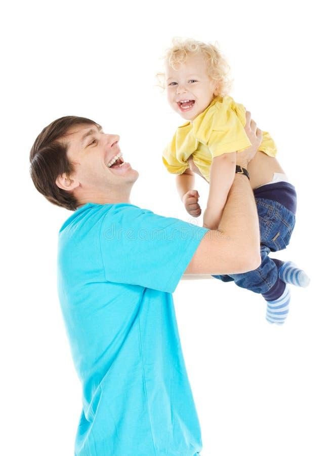 Engendrez tenir le bébé sur l'enfant de mains, de papa et de fils, famille heureuse photographie stock libre de droits