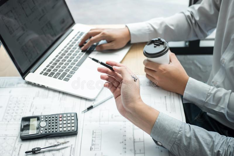 Engenharia ou arquiteto de construção que discutem um modelo e que constroem o modelo ao verificar a informação na reunião de esb foto de stock